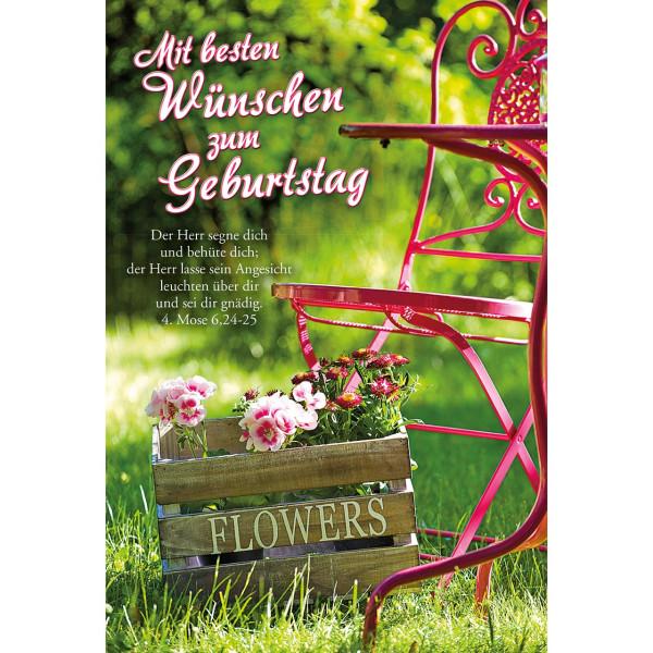 Metallstuhl mit rosa Blumen in Holzkiste